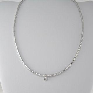 Collar semirrígido con diamante central Ct 0.11 H VS, oro blanco de 750 ‰