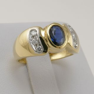 Ring with 0.78 Ct Central sapphire and 0.16 Ct diamonds at side - 18 Kt Gold